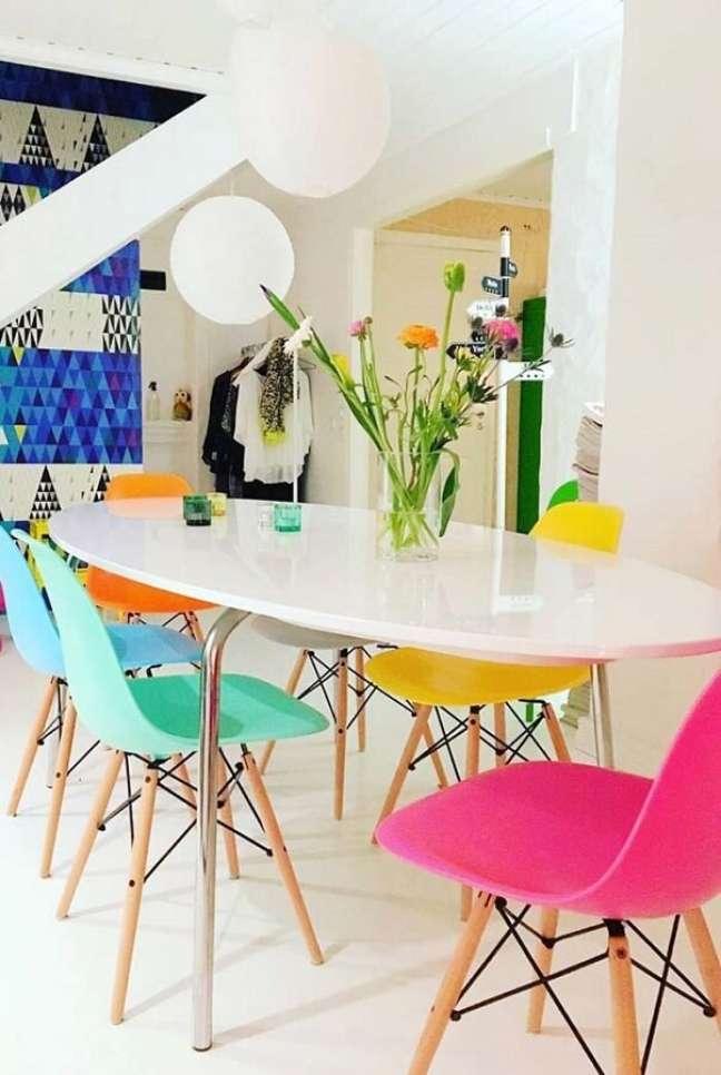 54. Sala de jantar branca decorada com cadeira verde água rosa e amarela – Foto: Pinterest