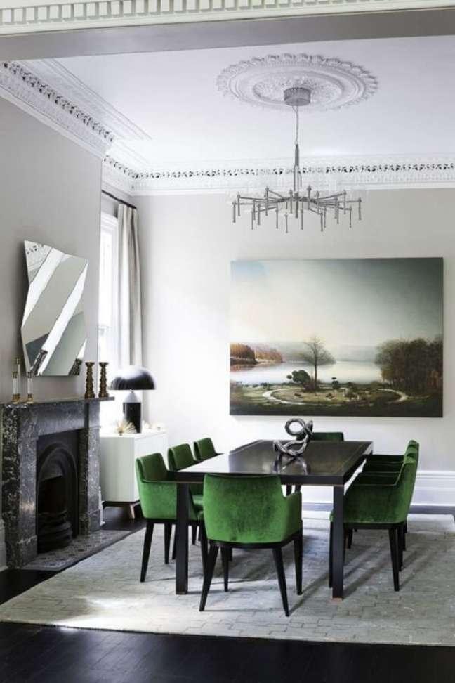 56. Sala de jantar com lareira decorada com cadeira veludo verde – Foto: Casa Très Chic