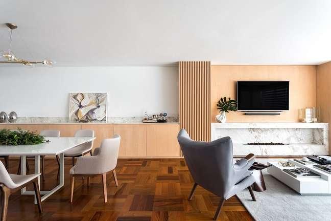 4. A textura ripada se conecta ao balcão da sala de jantar. Foto: Eduardo Macarios