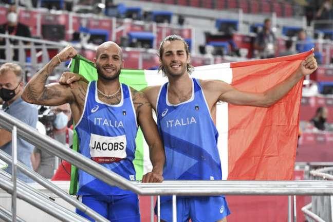 Marcell Jacobs e Gianmarco Tamberi celebram ouro em Tóquio