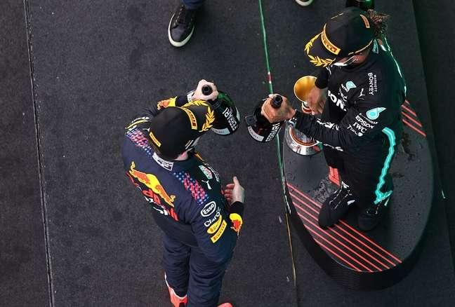 Os dias de brinde entre Verstappen e Hamilton parecem distantes agora