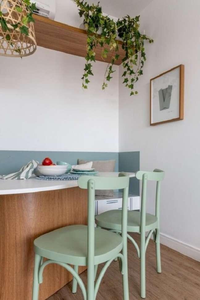 12. Balcão de cozinha decorado com cadeira verde claro – Foto: Jeito de Casa