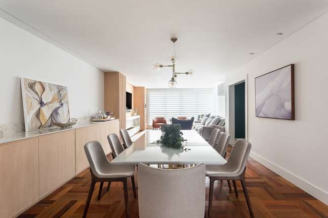 5. A sala de jantar ampla acomoda várias pessoas no cômodo. Foto: Eduardo Macarios