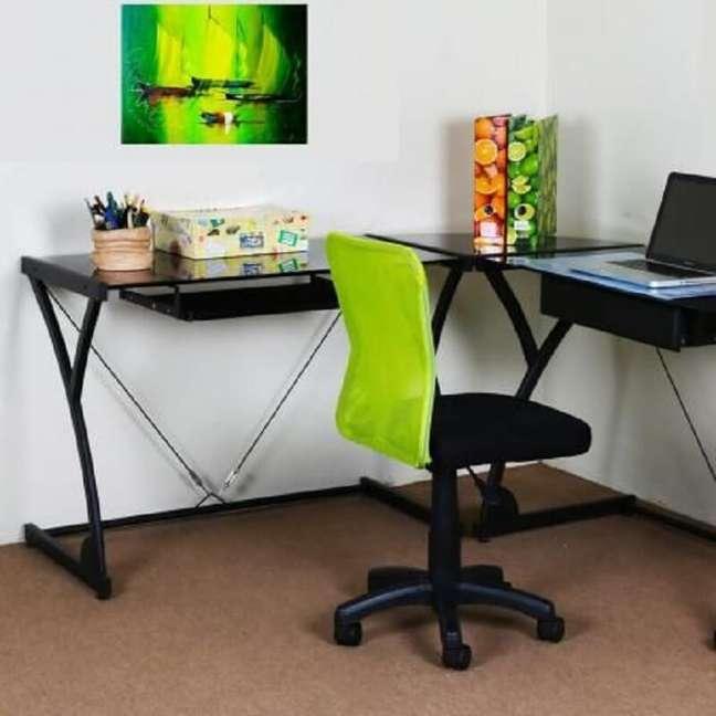 2. Decoração simples para home office com cadeira escritório verde – Foto: Pinterest