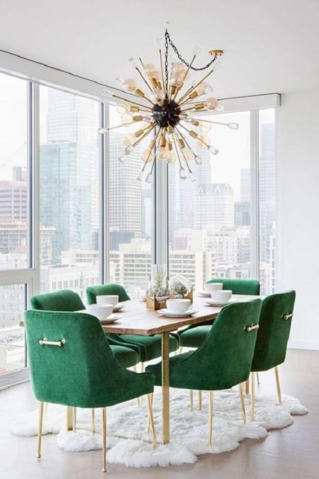 1. A cadeira verde ganha destaque na decoração da sala de jantar branca – Foto: Pinterest