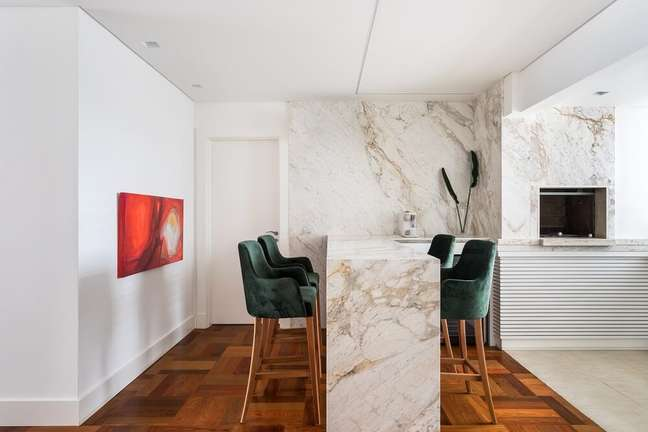6. O Mármore Michelangelo Nuvolato confere elegância ao décor. Foto: Eduardo Macarios