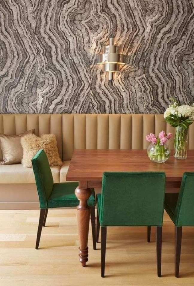 15. Cadeira estofada verde para decoração de sala de jantar em cores neutras – Foto: Casa de Valentina