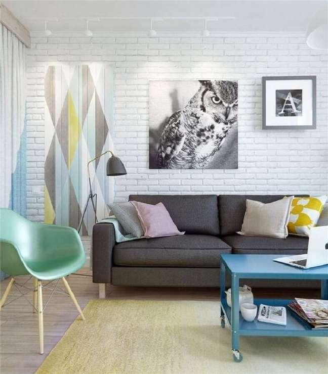53. Sala de estar decorada com sofá cinza e cadeira verde menta – Foto: Behance