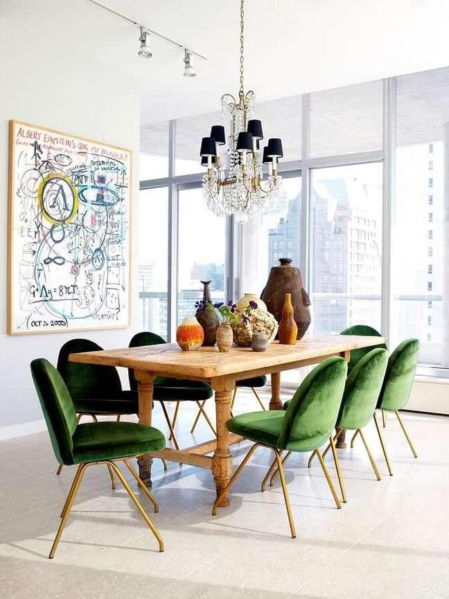 19. Cadeira veludo verde para sala de jantar branca decorada com mesa de madeira e lustre de cristal – Foto: Archdaily
