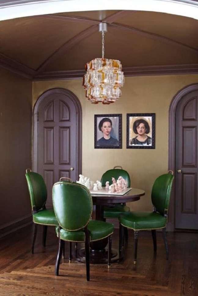 34. Decoração clássica de sala de jantar com cadeira estofada verde e mesa redonda – Foto: Apartment Therapy