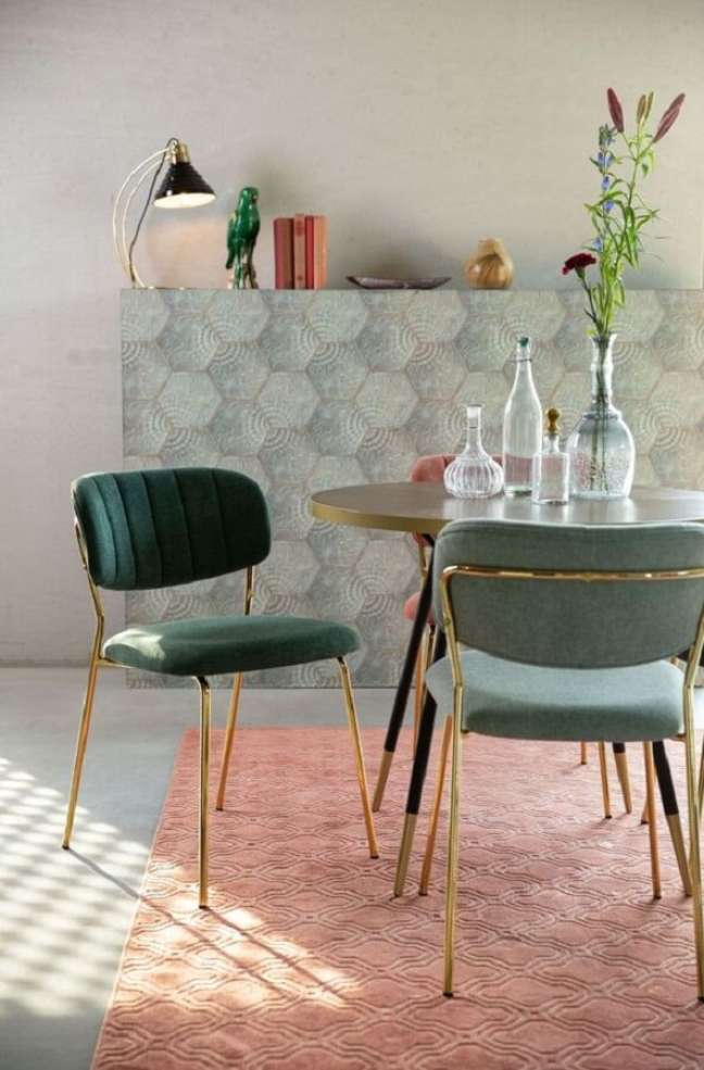 18. Cadeira estofada verde para sala de jantar simples decorada com mesa redonda e tapete rosa – Foto: HelloChair