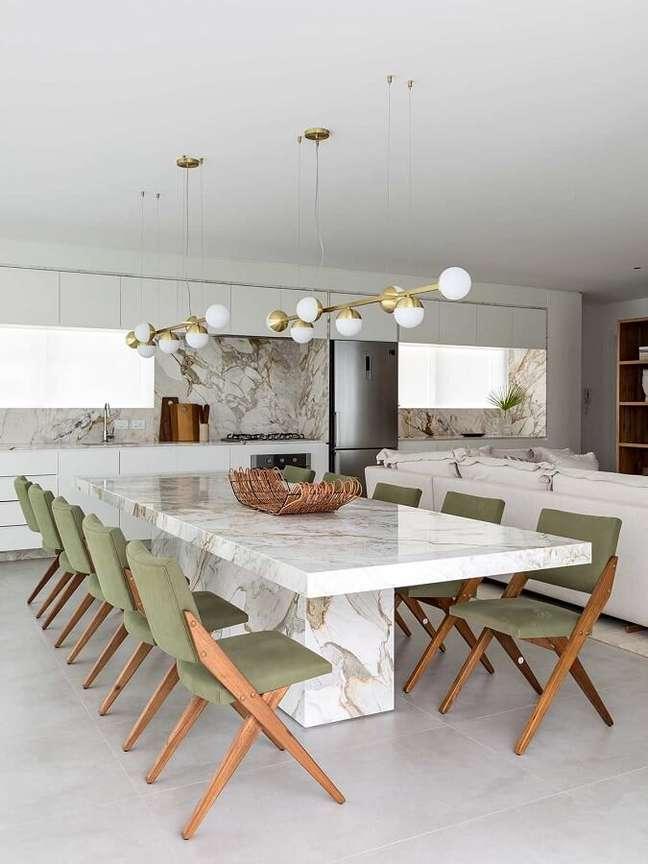 16. Cadeira estofada verde para sala de jantar branca moderna decorada com mesa de mármore – Foto: Casa de Valentina