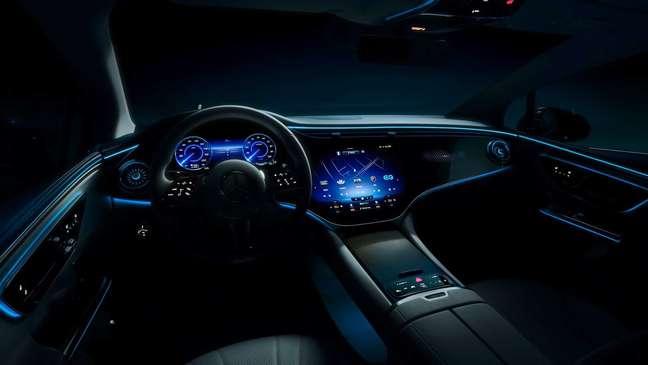 Inédito Mercedes EQE terá a central multimídia Hyperscreen MBUX.