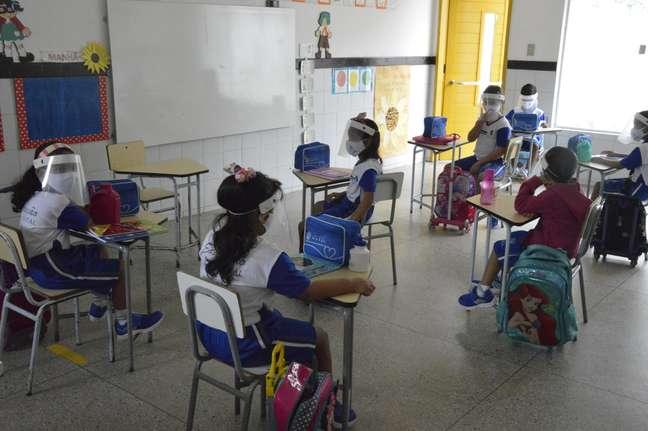 Alunos utilizam máscara na sala de aula no retorno das atividades presenciais
