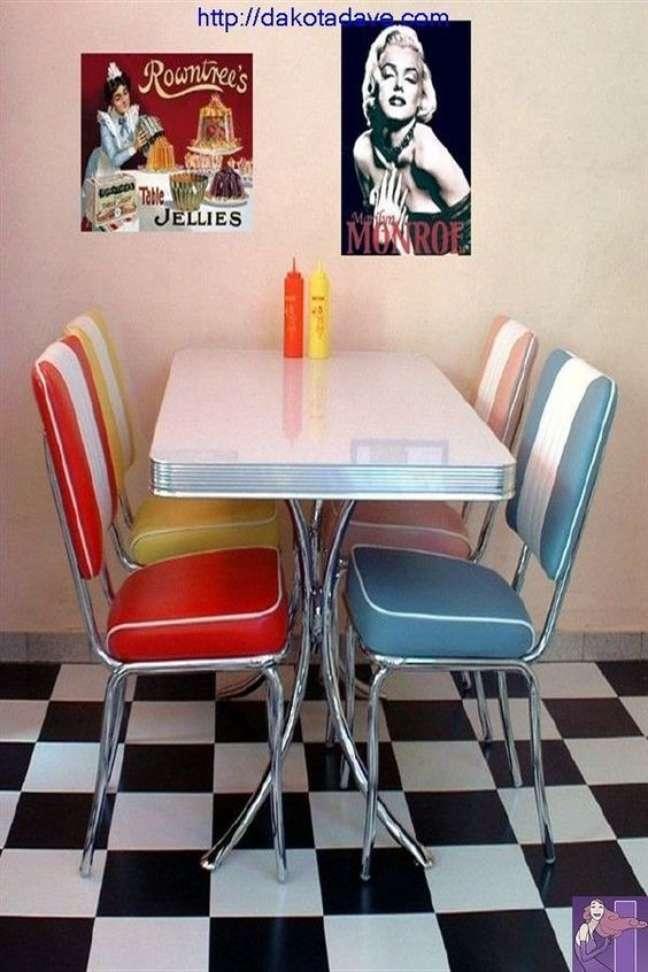 39. Mesa retrô estilo lanchonete vintage com cadeiras coloridas – Foto Pinterest