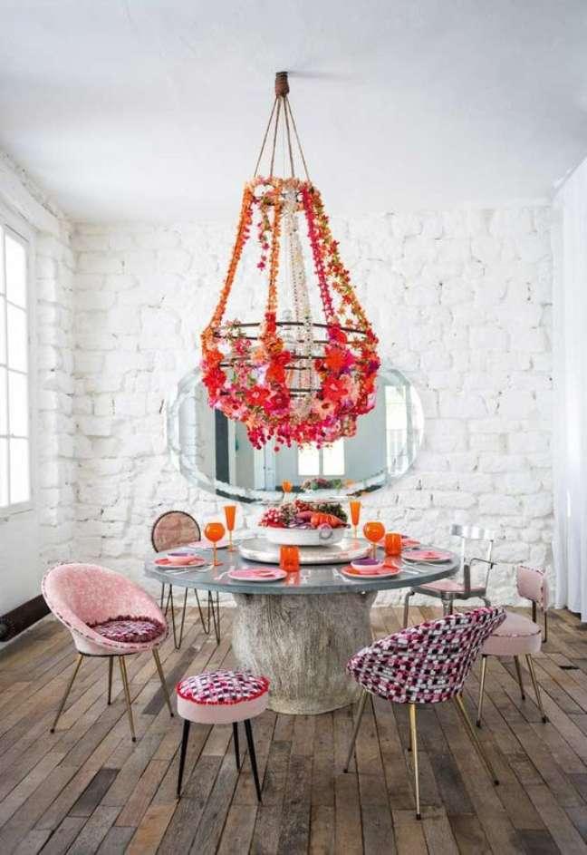 52. Sala com mesa retrô e cadeira estampada – Foto Decor Facil