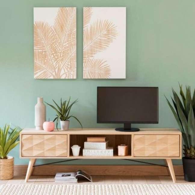 40. Decoração com cores de tinta para sala em verde claro com móveis de madeira e quadros modernos – Foto Pinterest