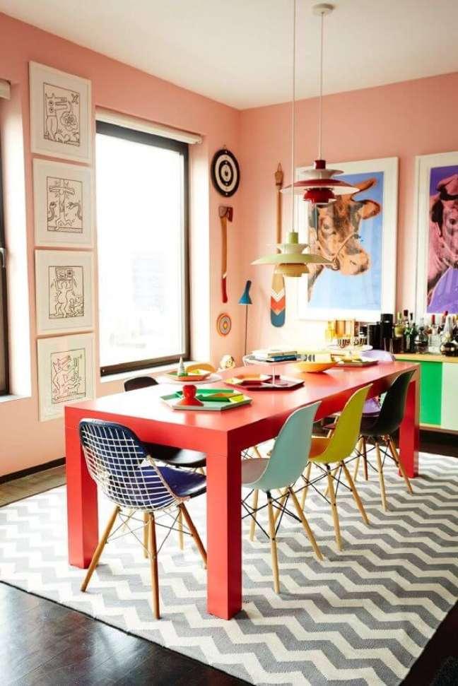 68. Sala de jantar colorida com tapete chevron – Foto Bradford Shellhammer