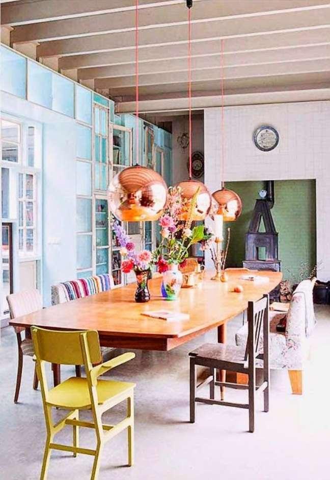 55. Sala de jantar com mesa retrô e cadeiras de diferentes tipos – Foto Carina Pedro