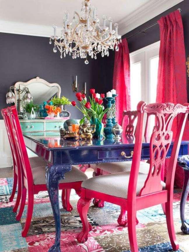 40. Mesa retrô na cor azul com cadeiras em pink e lustre de cristal – Foto-pinterest