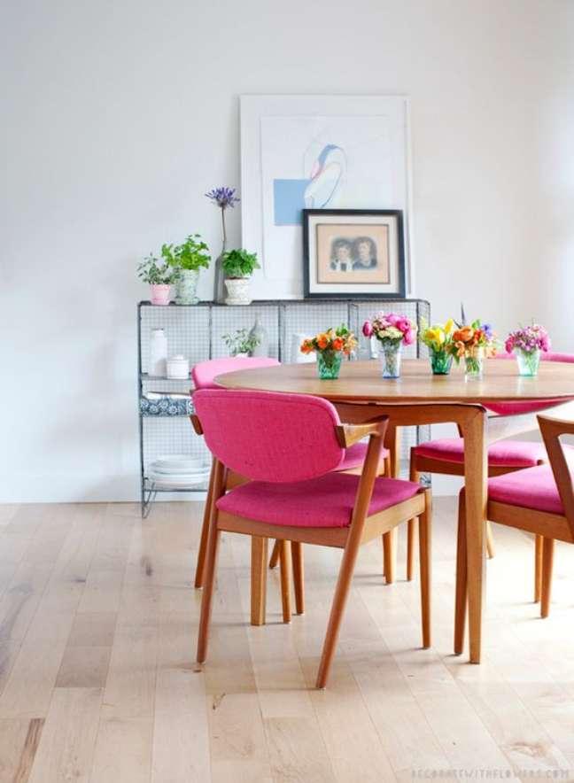 9. Sala de jantar com mesa retrô de madeira e cadeiras rosa – Foto A casa que minha vó queria
