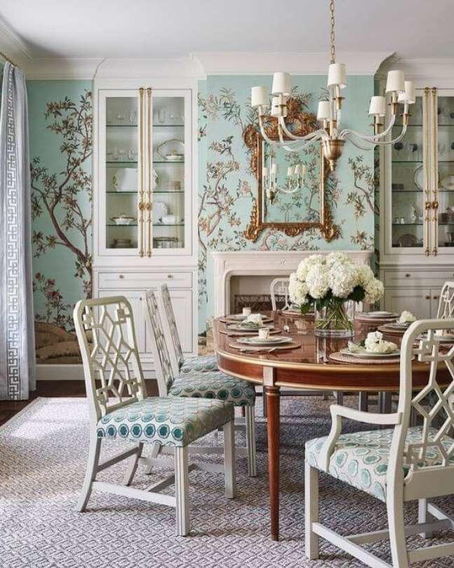14. Decoração com papel de parede floral azul e mesa retrô estilo provençal – Foto Instagram