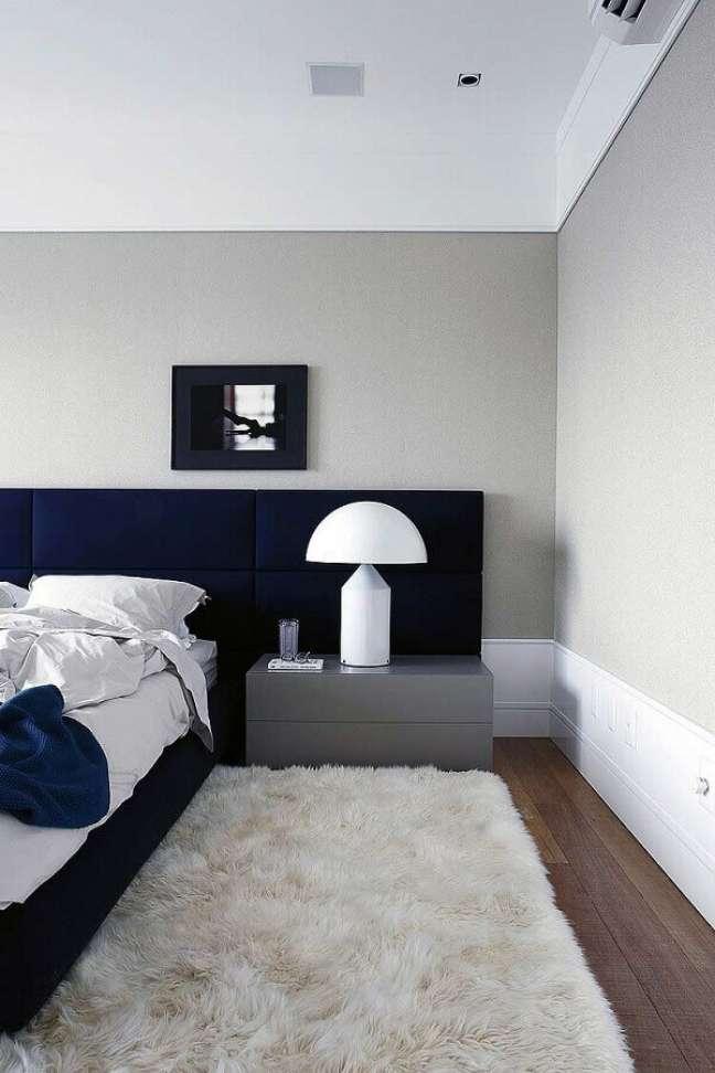 17. Como decorar um quarto de casal com tapete felpudo e cabeceira azul marinho estofada – Foto: Archilovers