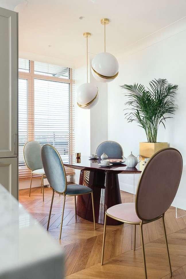 50. Sala de jantar com mesa retrô e cadeiras em tons pasteis – Foto Pufik
