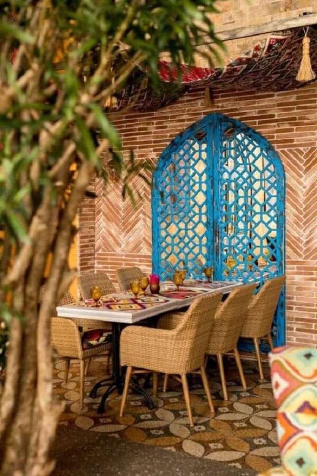 55. A porta vazada em azul turquesa reforça a decoração indiana na área externa. Fonte: Pinterest