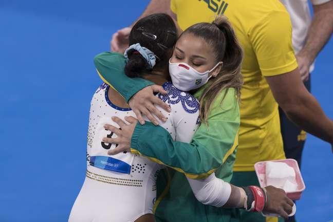 Rebeca Andrade abraça Flávia Saraiva durante a competição