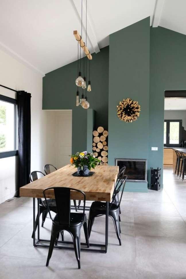 61. Sala de jantar com porcelanato cimento queimado com mesa retrô madeira e ferro – Foto Cote Maison
