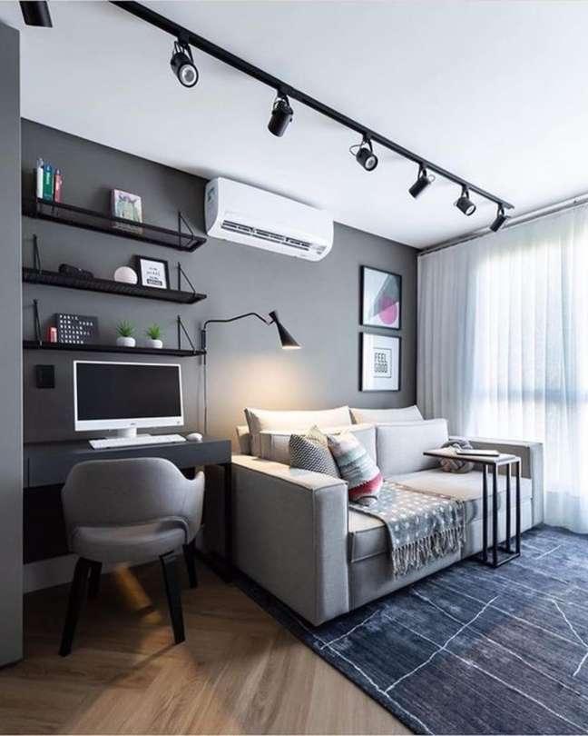 53. Home office na sala com cores de tinta cinza para parede e sofá na mesma tonalidade – Foto Pinterest