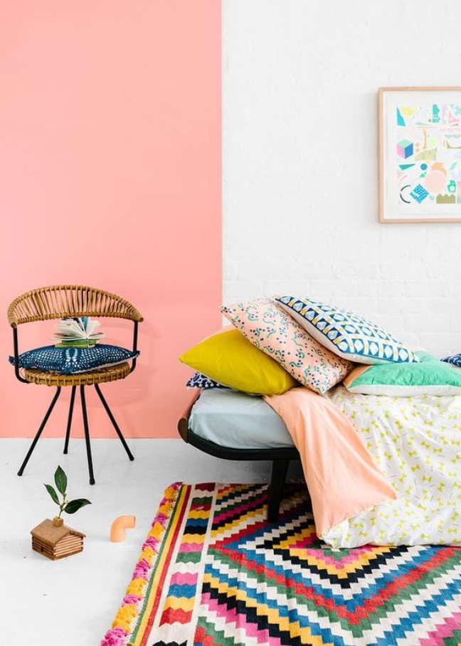 61. Sala cor pêssego e tapete colorido – Foto Catesthill