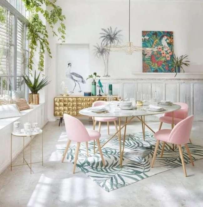 2. Sala de jantar feminina com cadeira retrô e decoração de plantas – Foto Homelisty