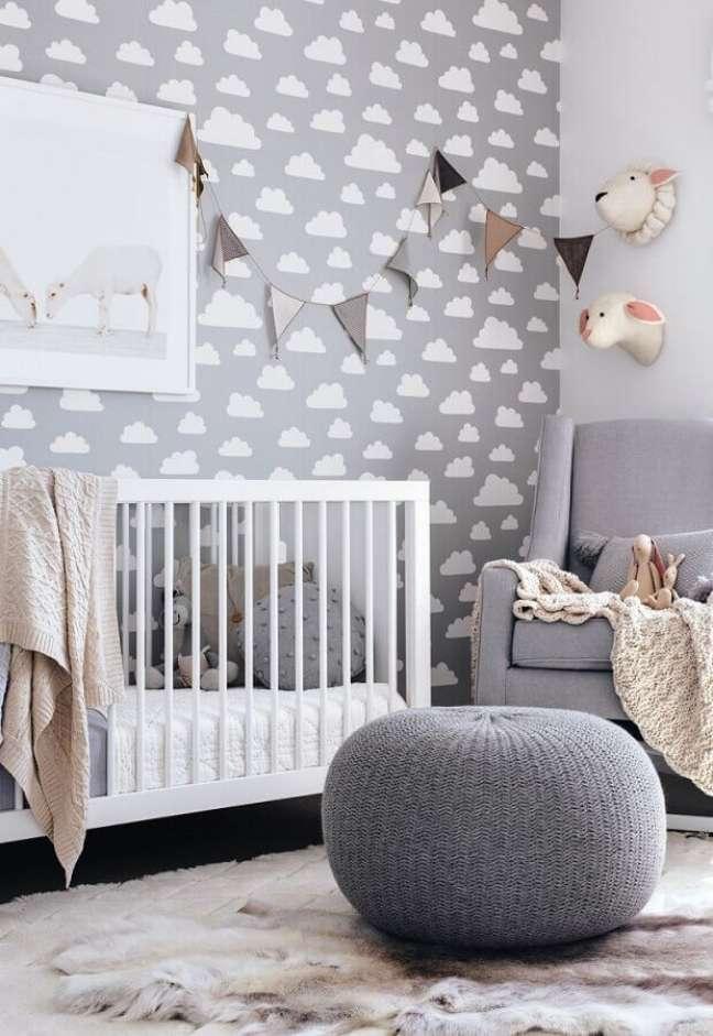 64. Como decorar um quarto de bebê cinza e branco com puff de crochê e papel de parede de nuvens – Foto: Pinterest