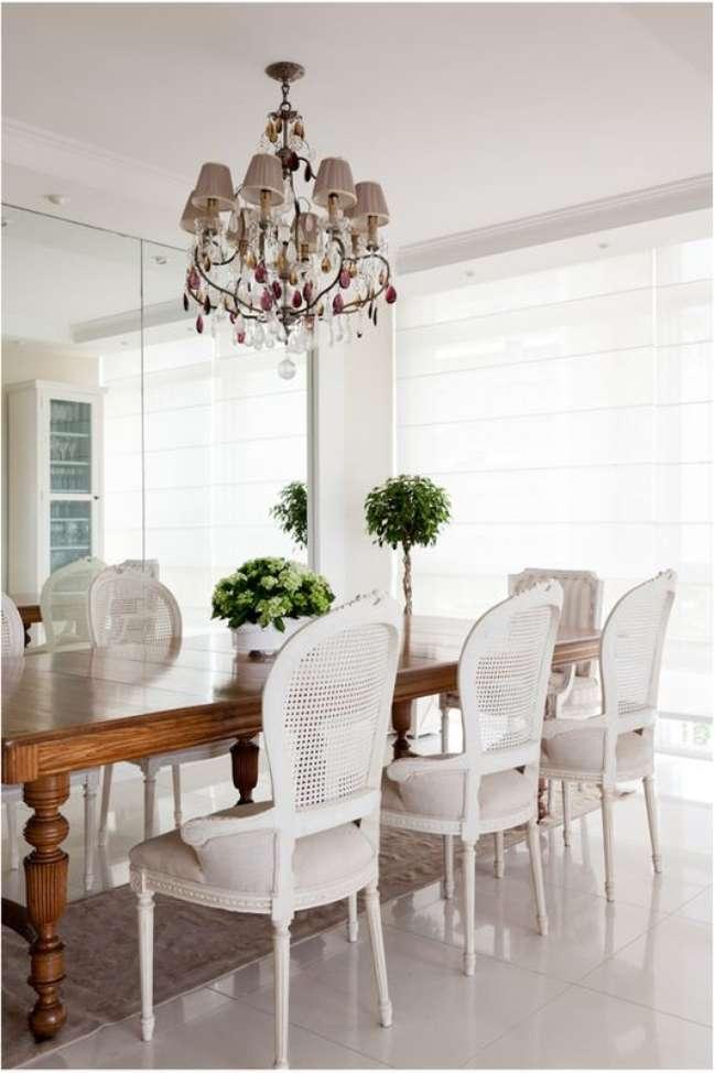 34. Mesa retrô de madeira com cadeiras brancas estilo provençal -Foto Casa Tres Chic