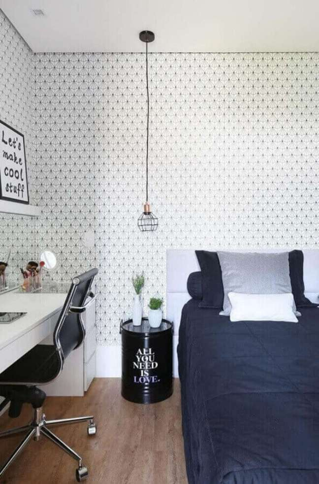 5. Como decorar um quarto de solteiro com tonel decorativo e papel de parede delicado – Foto: Belluzzo Martinhão