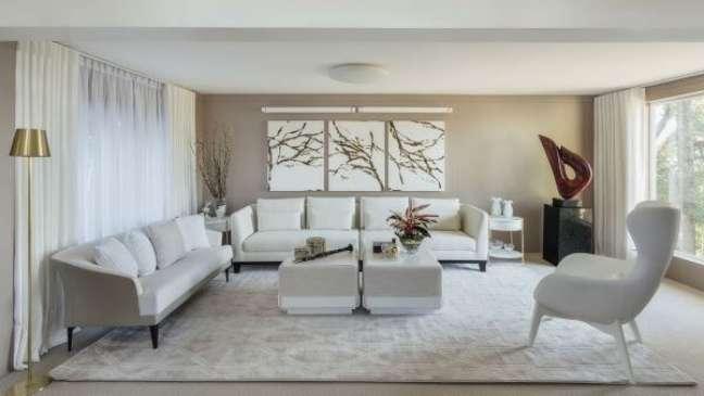 75. Sala grande com cores de tinta para parede em branco e bege claro – Projeto Paula Schwartz
