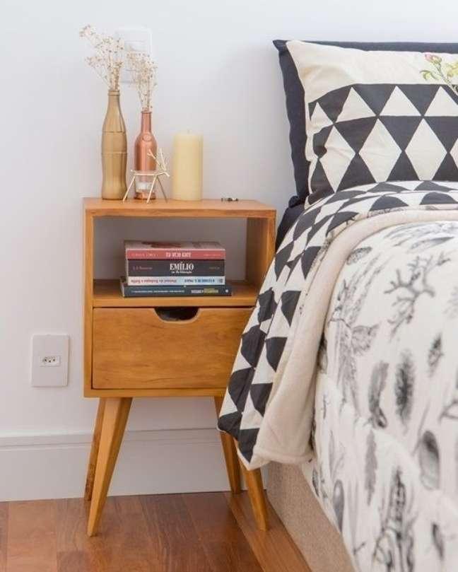 20. Mesa de cabeceira retrô de madeira – Foto Pinterest