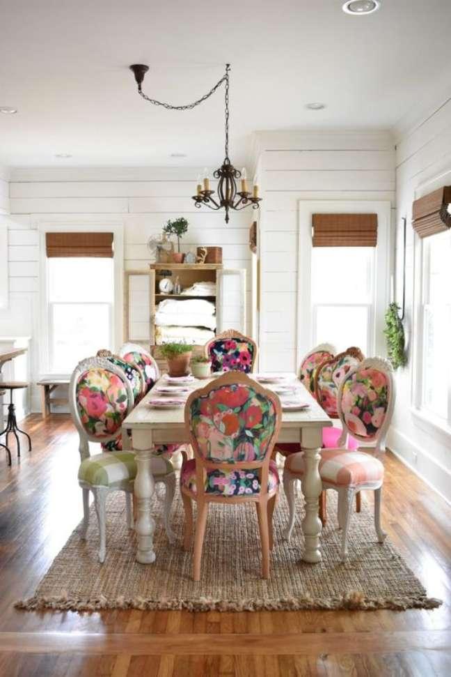 62. Sala grande decorada com mesa retrô e cadeiras vintage coloridas e florais – Foto Chair Whimsy