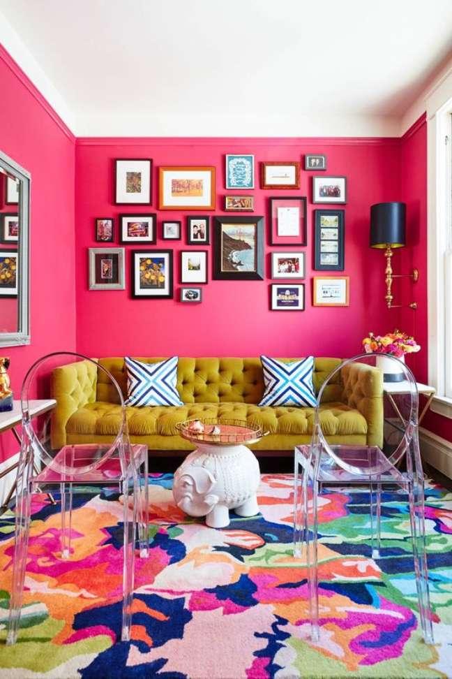52. Decoração moderna com cores de tinta para sala em rosa pink e sofá mostarda – Foto Etsy