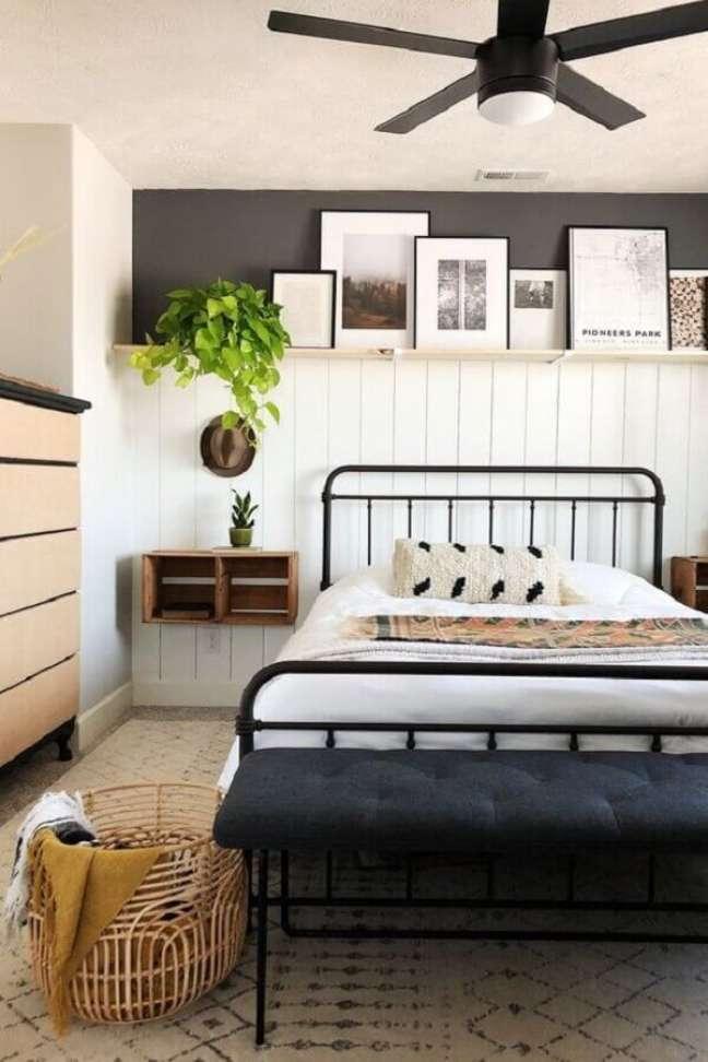 16. Como decorar um quarto de casal com cama de ferro e caixotes de madeira no lugar do criado mudo – Foto: Article