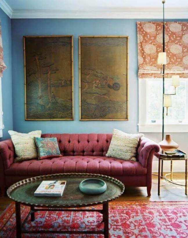 60. Sala com sofa na cor vinho e cores de tinta para sala com parede em azul celeste – Foto Pinterest