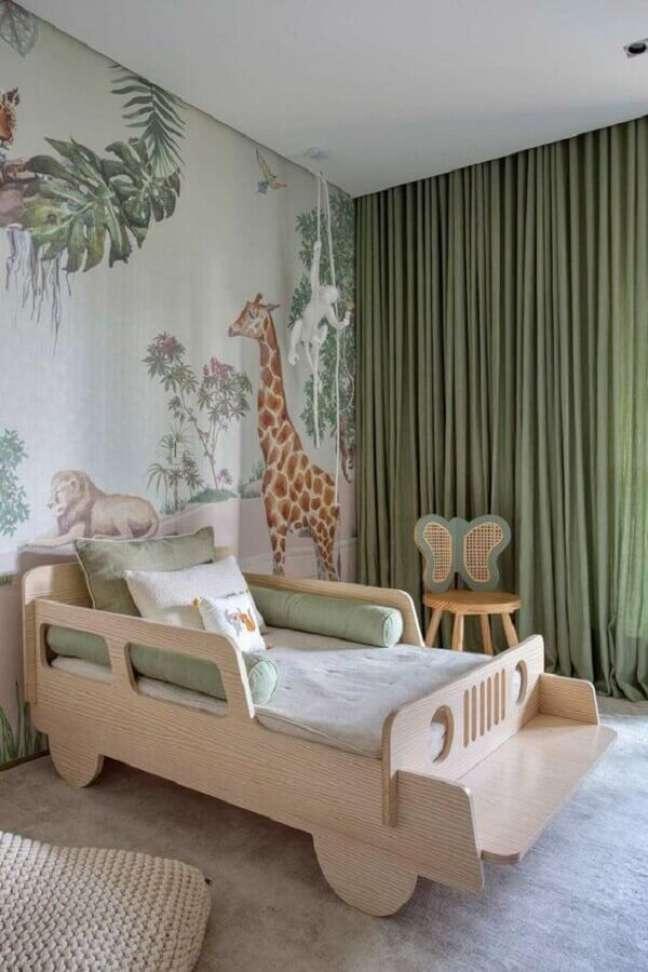 40. Como decorar um quarto infantil lúdico com cama de carrinho e papel de parede de animais – Foto: Casa de Valentina