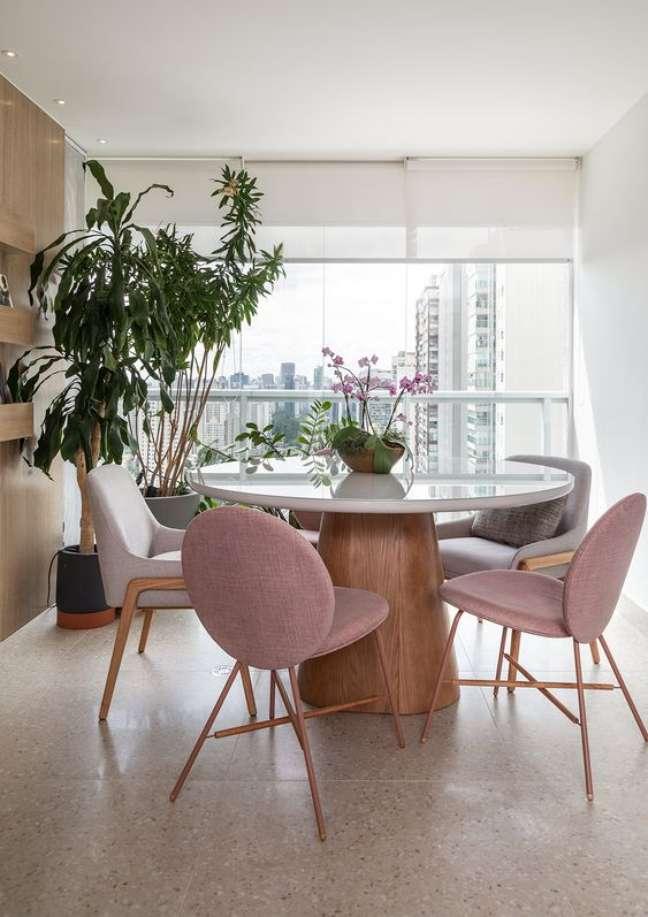 46. Sala de jantar com mesa cone retrô e cadeira rose – Foto MSAC Arquitetura