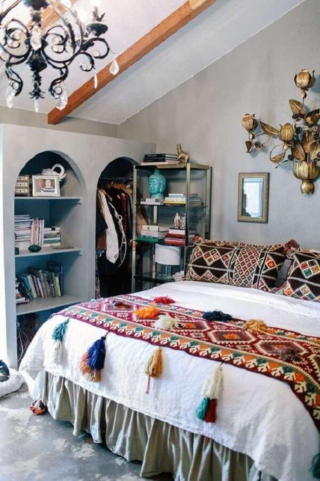 53. A roupa de cama complementa a decoração indiana do quarto. Fonte: Pinterest