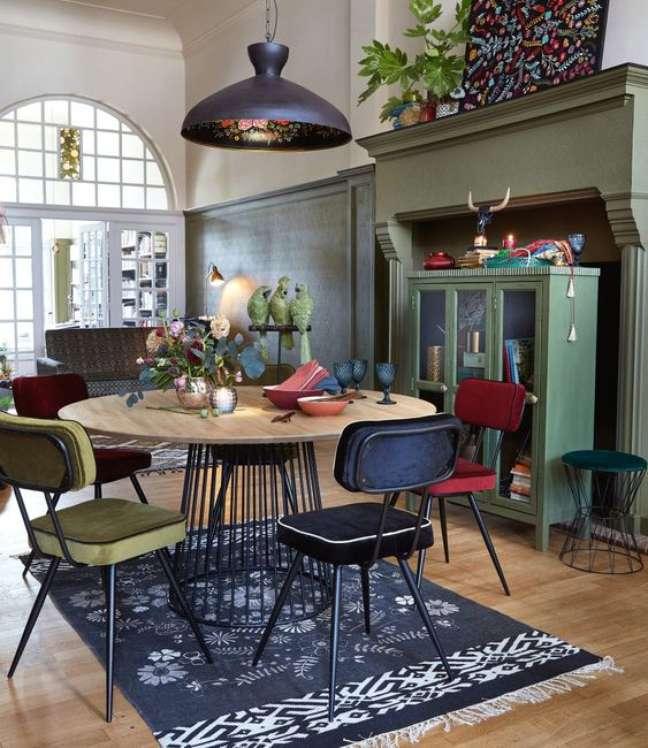 57. Sala de jantar com conjunto de mesa retro de madeira e ferro no formato de cone – Foto Maison Dumonde