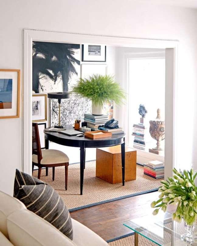 36. Mesa retrô redonda para home office na sala de estar – Foto Architectural Digest
