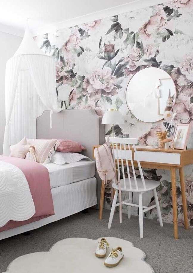 30. Como decorar um quarto feminino com papel de parede floral e penteadeira de madeira – Foto: Casa de Valentina