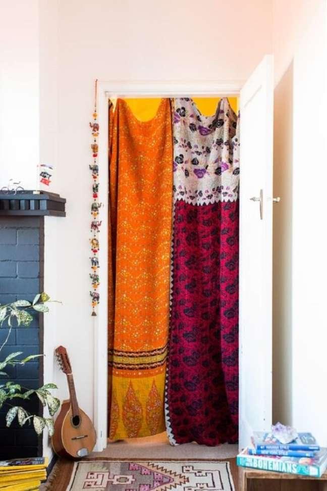 16. Tecidos leves e estampados complementam a decoração indiana do ambiente. Fonte: Pinterest